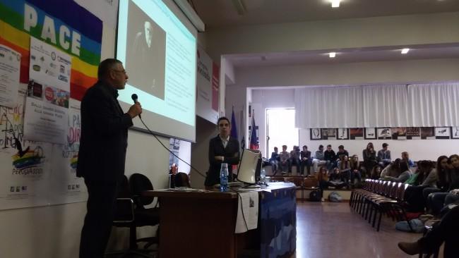 """Al microfono, Valerio Cazolaio, accademico e ex parlamentare, autore del libro """"Ecoprofughi"""" che ha incentrato il suo intervento sul fenomeno migratorio sottolineando come lo spostamento di grandi masse di popolazione sia causato dall'impossibilità di continuare a vivere nel luogo in cui si abita"""