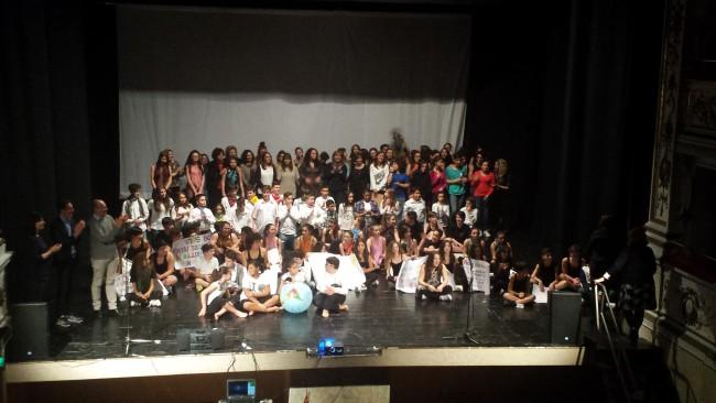 Gli studenti coinvolti nell'iniziativa sul palco del teatro