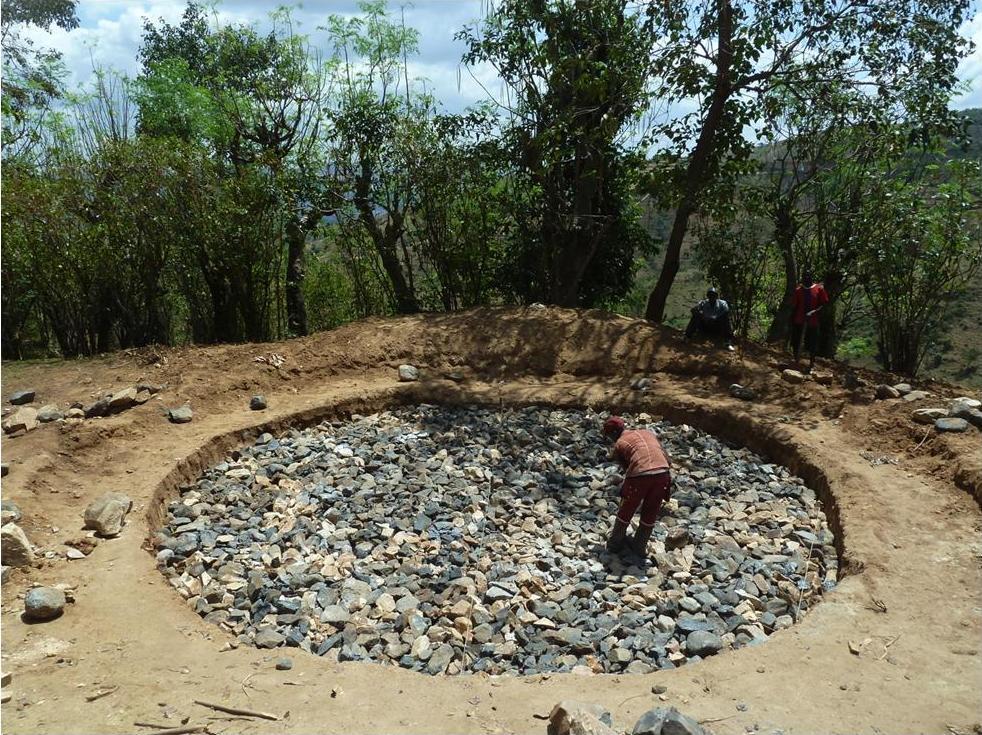 Costruzione del serbatoio che andrà a dissetare di acqua la comunità di Gala Chalbia.