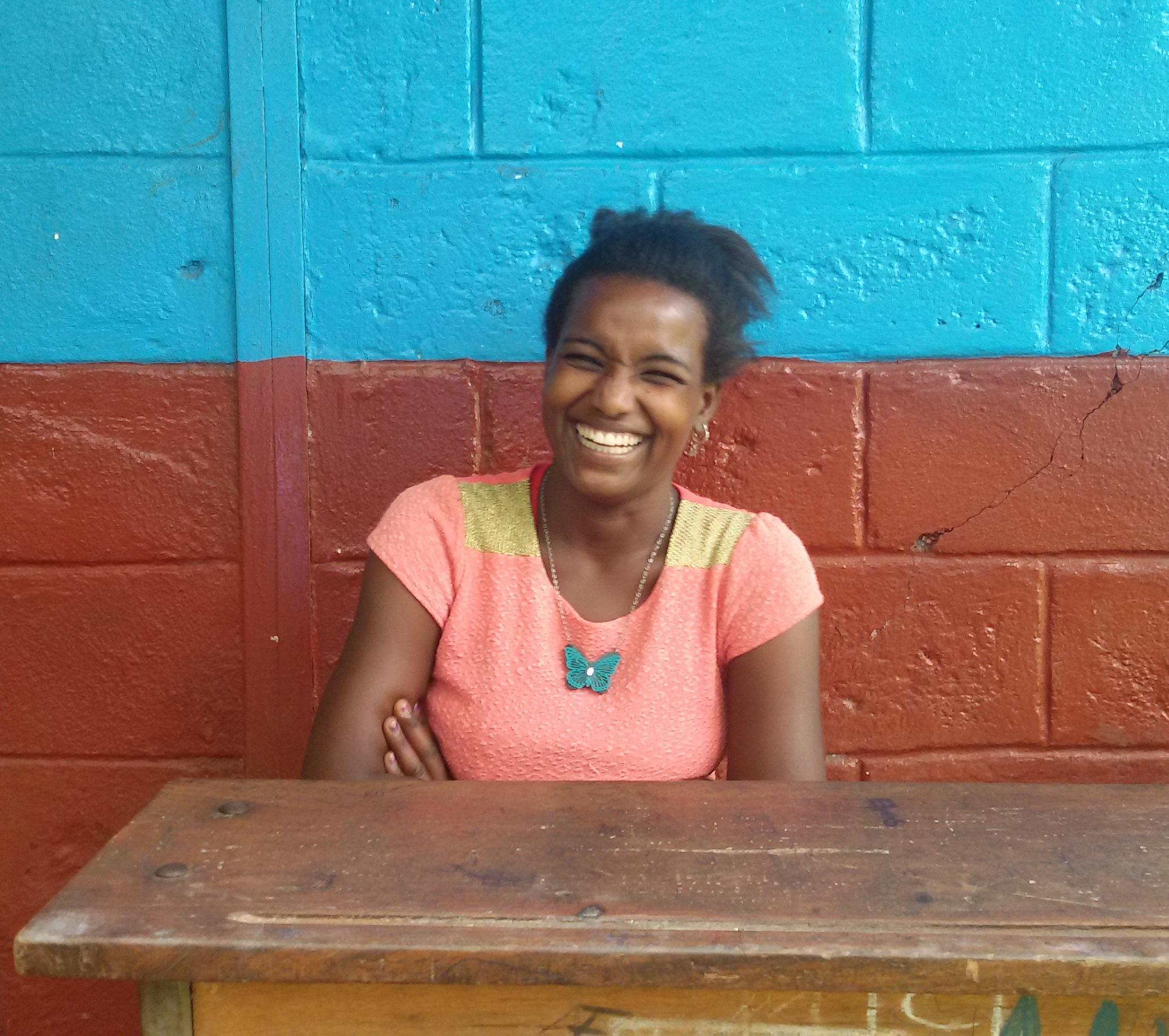 La giovane Tishager che sorride durante l'intervista