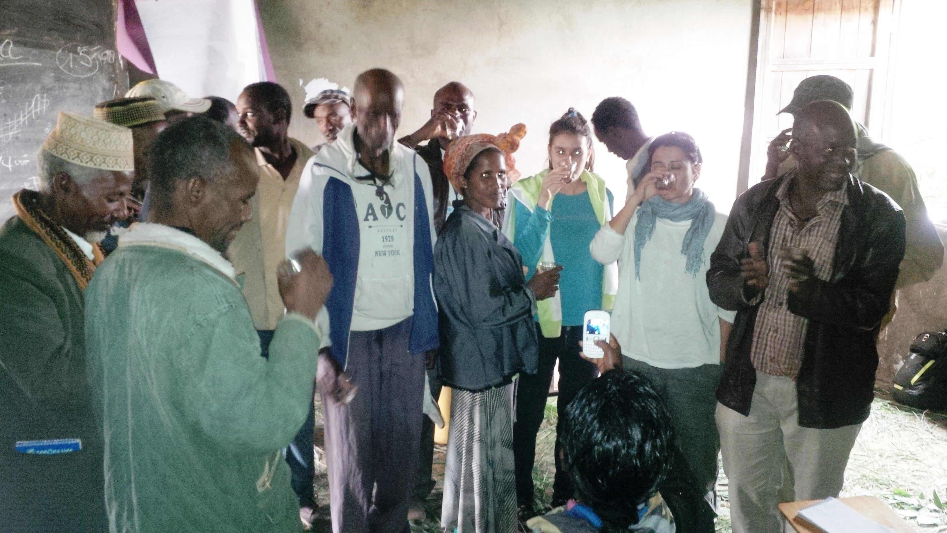 Il brindisi con l'acqua filtrata e potabile. Così i leader di Langute hanno mostrato alla loro comunità la bontà della fonte